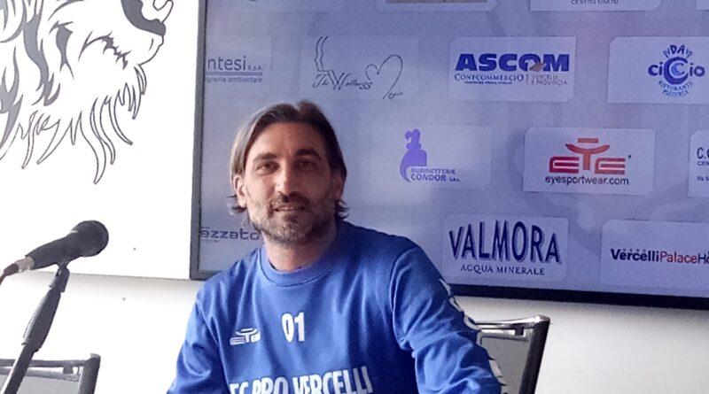 """MODESTO in conferenza pre PRO VERCELLI vs Giana Erminio: """"La gara sarà dura, stanotte non dormirò… Mi mancano i tifosi sugli spalti"""".  E a microfoni spenti…"""
